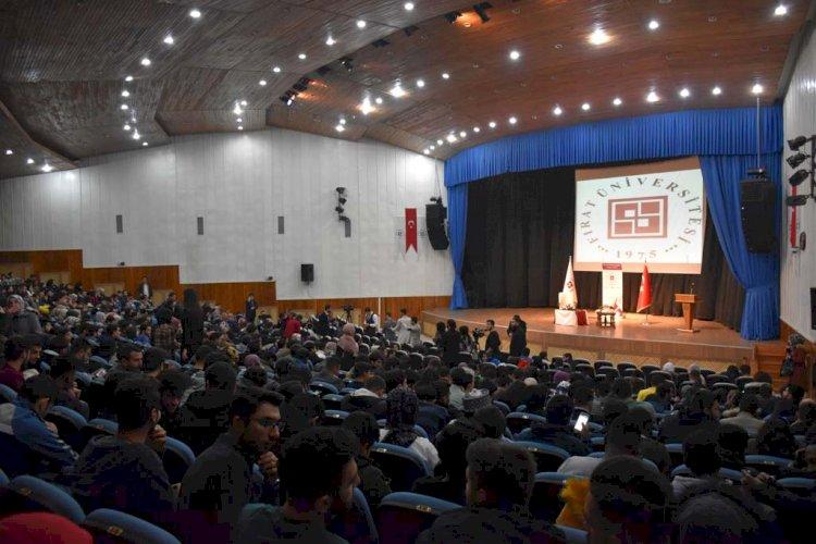 eski Başbakan Binali Yıldırımın Fırat Üniversitesi Öğrencileri ile Söyleşi için Bir Araya Gelmesi